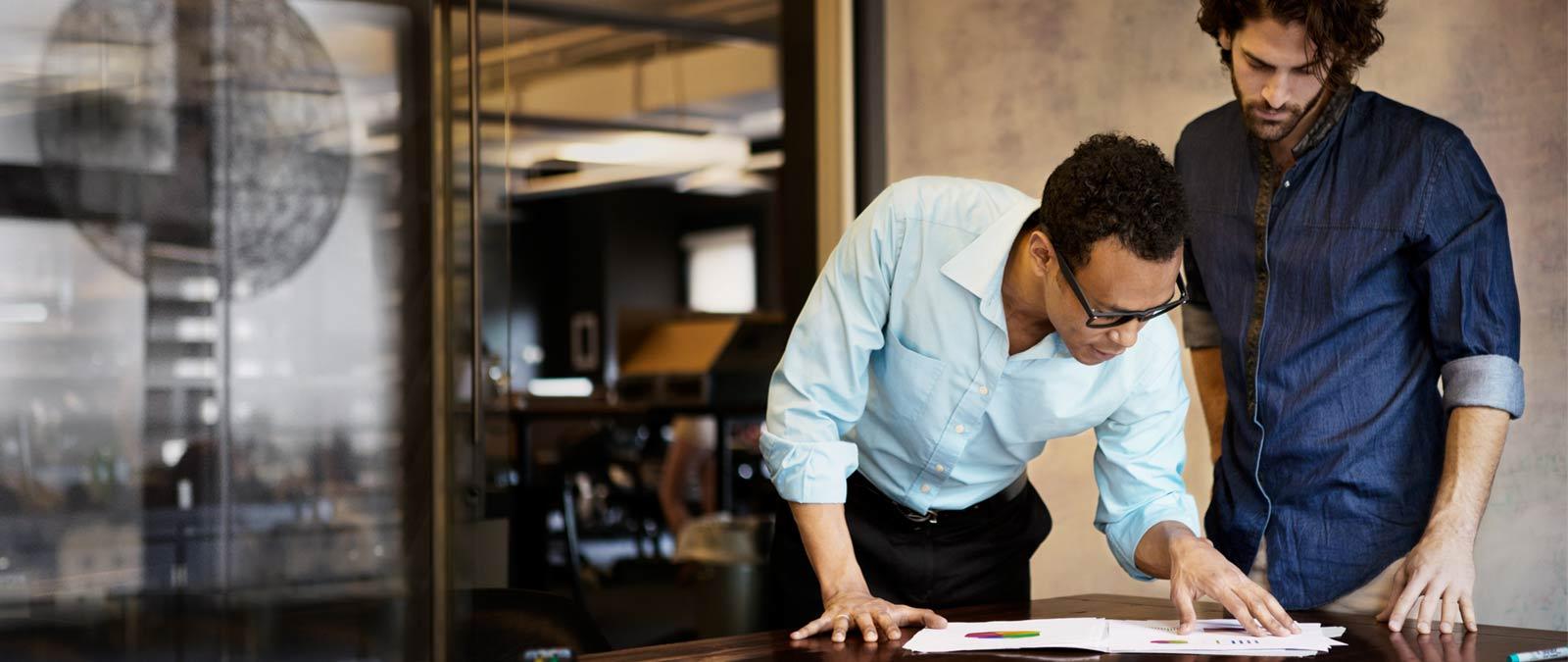 Två män som arbetar på ett kontor och använder Office 365 Enterprise E4.