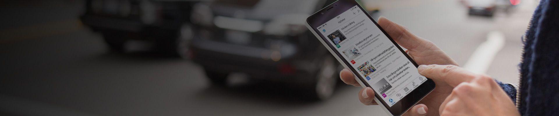 En smartphone som visar nyheter i SharePoint från webbplatser