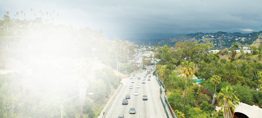 En motorväg som leder in till en stad. Läs kundberättelser om SharePoint 2013 från hela världen.