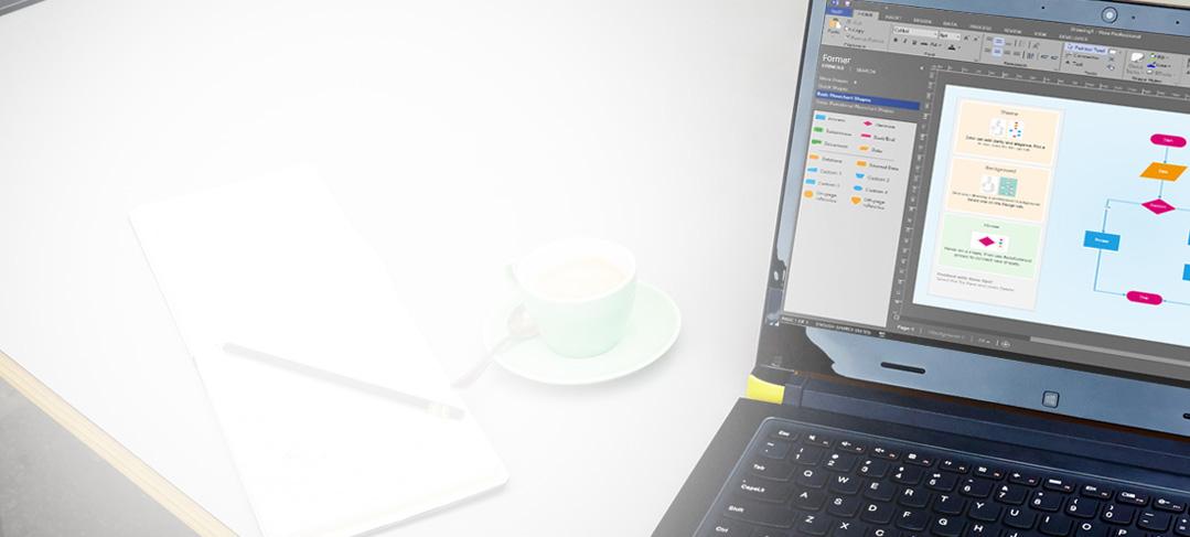 Närbild av en bärbar dator på ett bord som visar ett Visio-diagram med menyfliksområdet och fönstret för redigering.