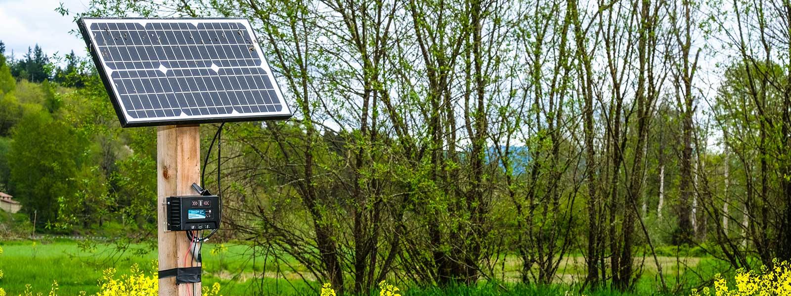Solcellspanel på ett fält