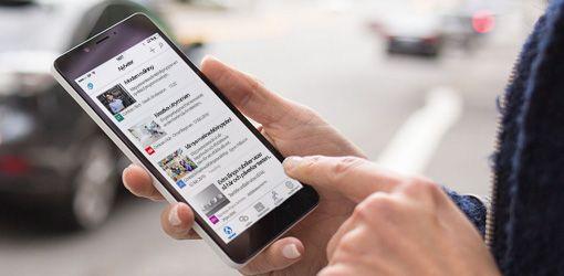Händer på en smartphone där SharePoint körs