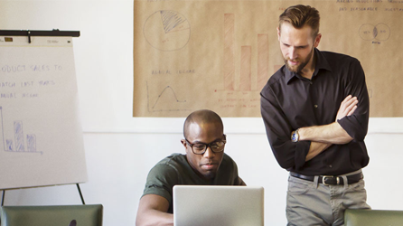 Två män tittar på en bärbar dator med Office 365