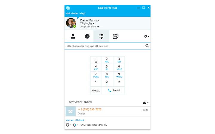 En person skriver på en Surface-surfplatta där ett onlinemöte i Skype för företag syns på skärmen