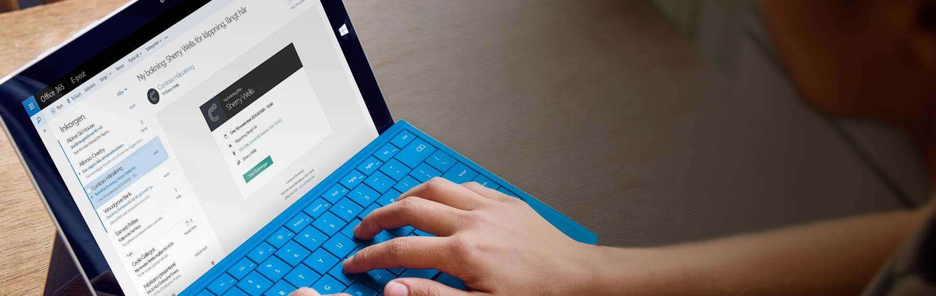 En surfplatta visar påminnelser om avtalade tider i e-post i Office 365 Bookings.