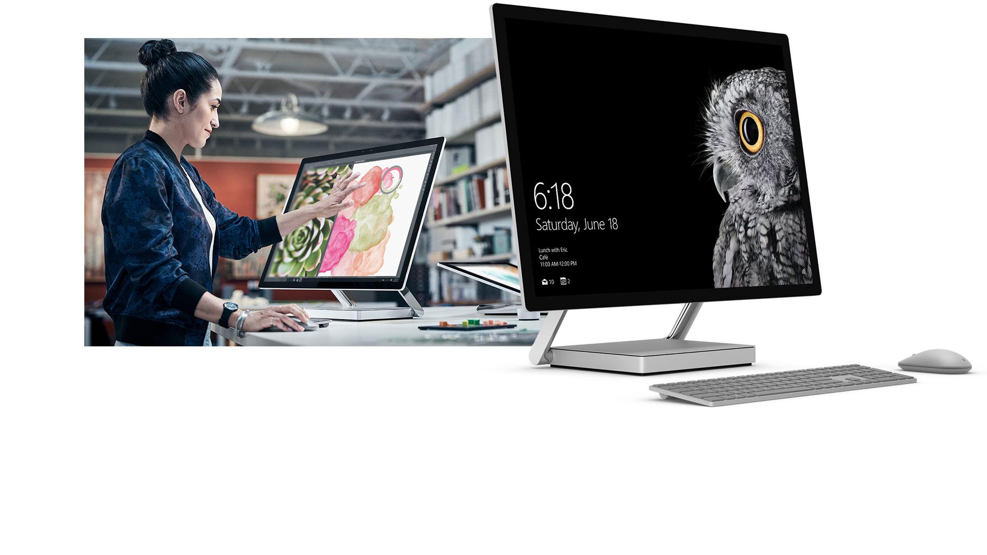 En kvinna som pekar på skärmen på Surface Studio i skrivbordsläget bredvid en produktbild av Surface Studio.