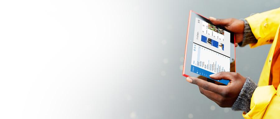 En man som håller i en surfplatta. Med Office 365 kan du arbeta var som helst.