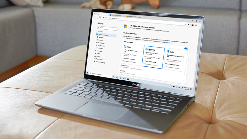แล็ปท็อปที่มีการตั้งค่าความเป็นส่วนตัวของเบราว์เซอร์ Microsoft Edge อยู่บนหน้าจอ