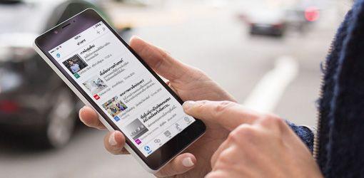 มือบนสมาร์ทโฟนที่กำลังเรียกใช้ SharePoint