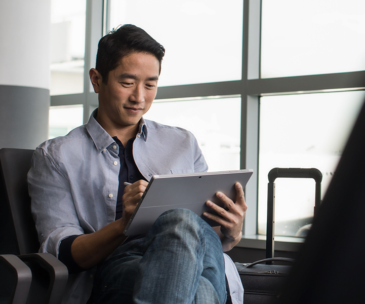 สมาร์ทโฟนที่ถืออยู่ในมือข้างหนึ่งกำลังแสดง Office 365