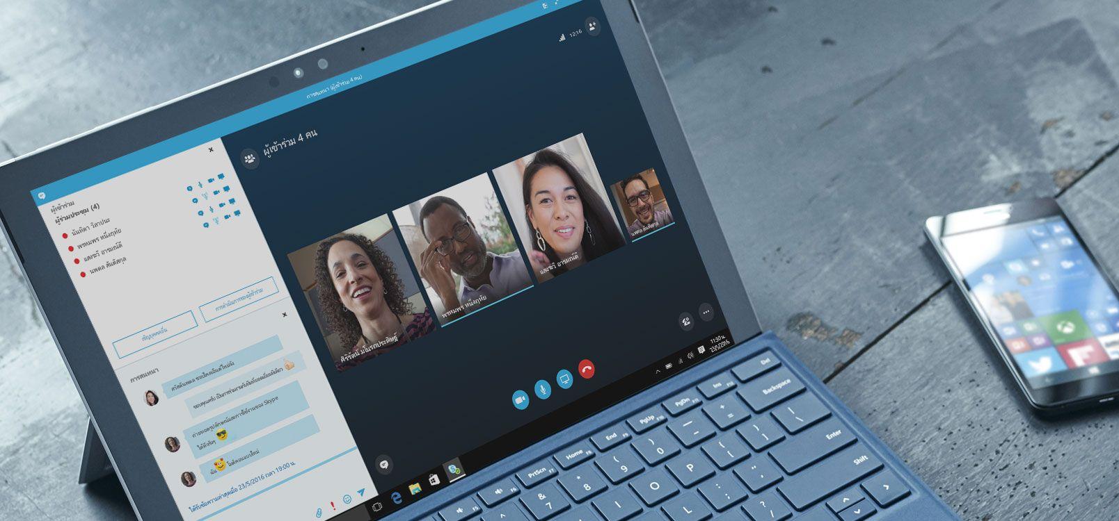 ผู้หญิงคนหนึ่งกำลังใช้ Office 365 แท็บเล็ตและสมาร์ทโฟนเพื่อทำงานเอกสารร่วมกัน