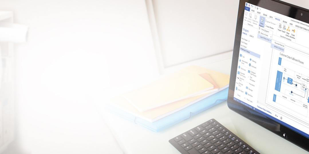 รูปภาพระยะใกล้ของแท็บเล็ตบนโต๊ะ แสดงไดอะแกรม Visio กับ Ribbon และบานหน้าต่างการแก้ไข