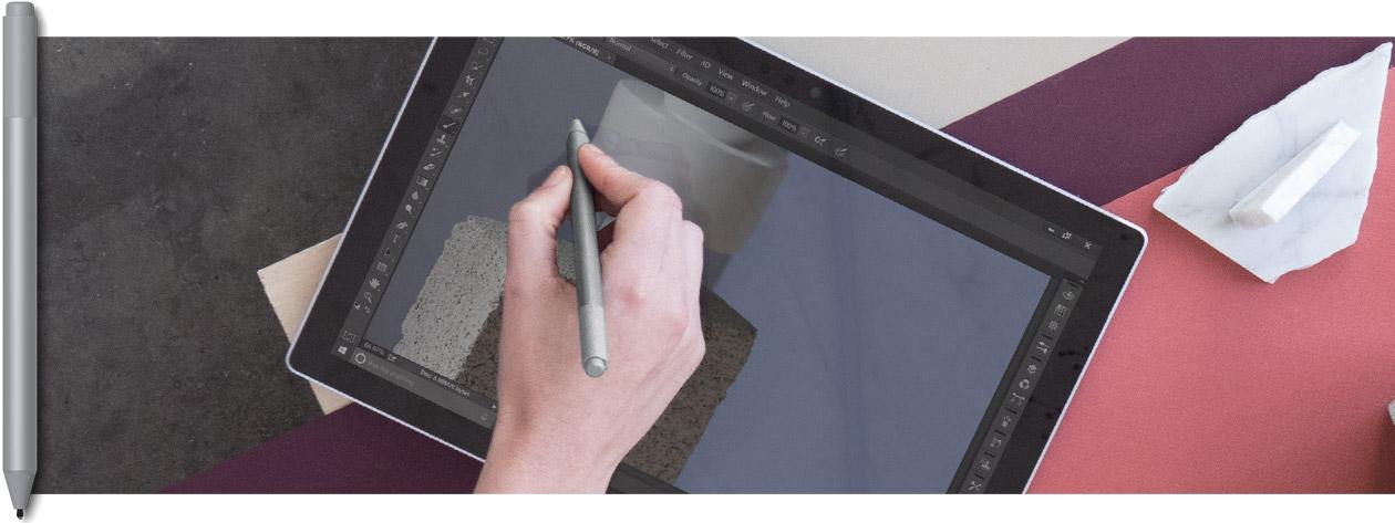 คนกำลังใช้ SURFACE แบบแท็บเล็ตด้วยปากกาและการสัมผัส อุปกรณ์ปากกา SURFACE สามแบบที่มีสีสันต่างกันซ้อนกันอยู่ในรูป