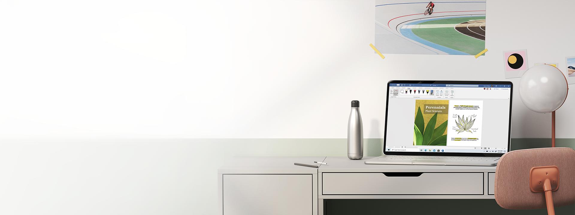 Masanın üzerinde duran Windows10 dizüstü bilgisayar