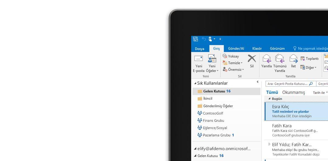 Bir ileti listesi ve önizlemeyle birlikte bir Microsoft Outlook 2013 gelen kutusunun göründüğü bir tablet.