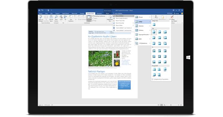Bir Word belgesinde yeni Göster özelliğini görüntüleyen bir Surface.