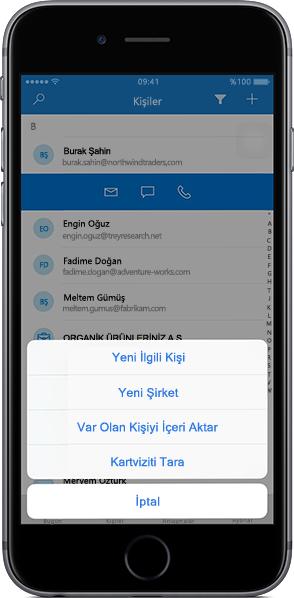 Outlook Customer Manager mobil uygulamasında bir kişiler listesi gösteren iPhone