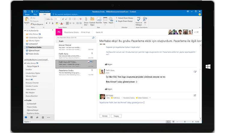 Outlook'ta bir grup konuşmasını gösteren tablet ekranı