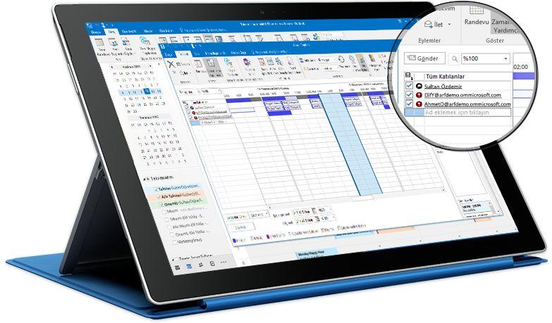 Outlook'ta katılımcıların listesini ve uygunluk durumlarını içeren randevu görünümünü gösteren Surface tablet
