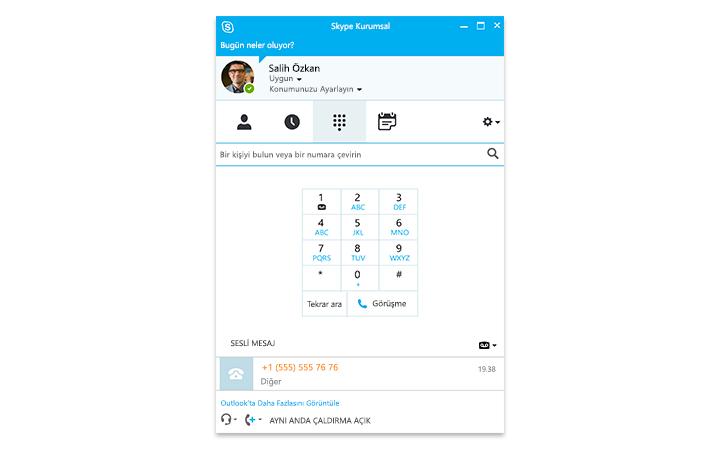 Ekranında çevrimiçi Skype Kurumsal toplantısı gösterilen bir Surface tablette yazı yazan biri