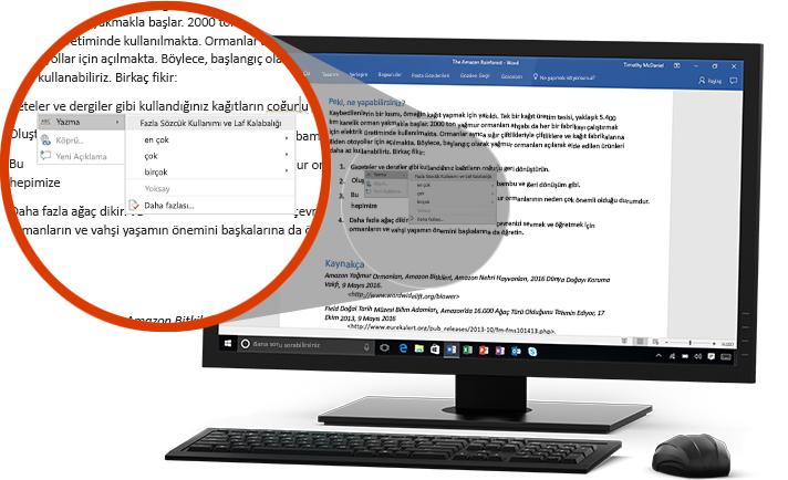 Bir cümlede sözcük değişikliği öneren Düzenleyici özelliğinin yakından görünüşüyle birlikte bir Word belgesini görüntüleyen PC monitörü
