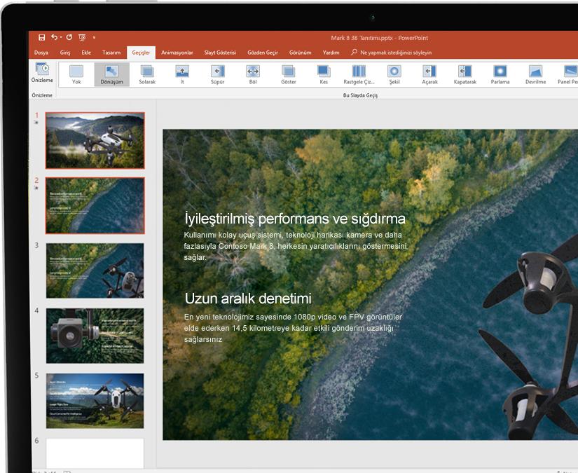 Microsoft PowerPoint'te bir sunuyu gösteren tabletin yanında ekran kalemi