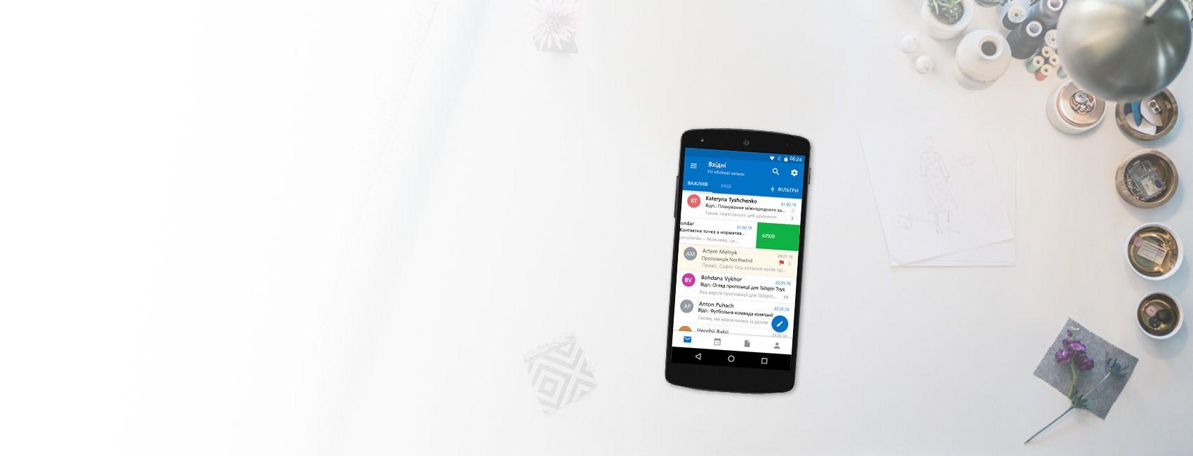 """Телефон, на якому показано заархівоване повідомлення у папці """"Вхідні"""" в Outlook"""