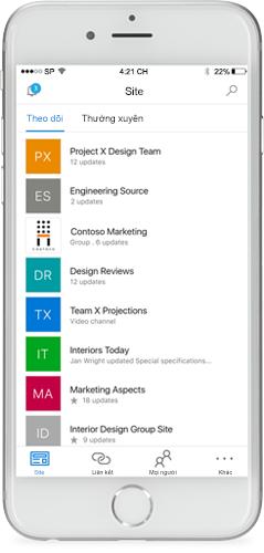 Một chiếc điện thoại hiển thị ứng dụng SharePoint dành cho thiết bị di động trên màn hình