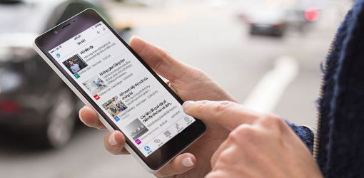 bàn tay trên một chiếc điện thoại thông minh đang chạy SharePoint