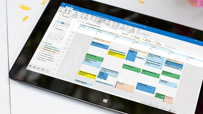 Một máy tính bảng đang hiển thị lịch đang mở trong Outlook 2016 với thông tin thời tiết trong ngày.