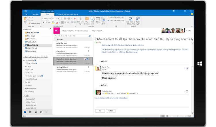 Màn hình máy tính bảng hiển thị hội thoại nhóm trong Outlook