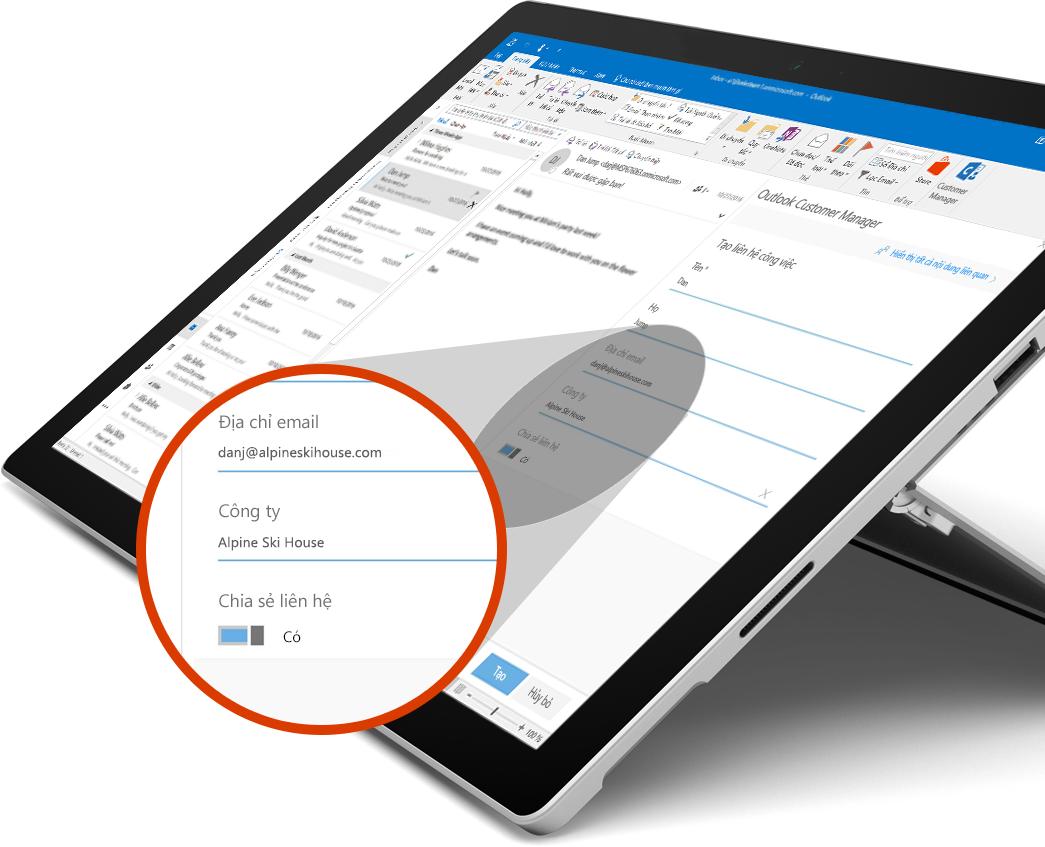 Microsoft Surface Book với hình ảnh nút Chia sẻ phóng to