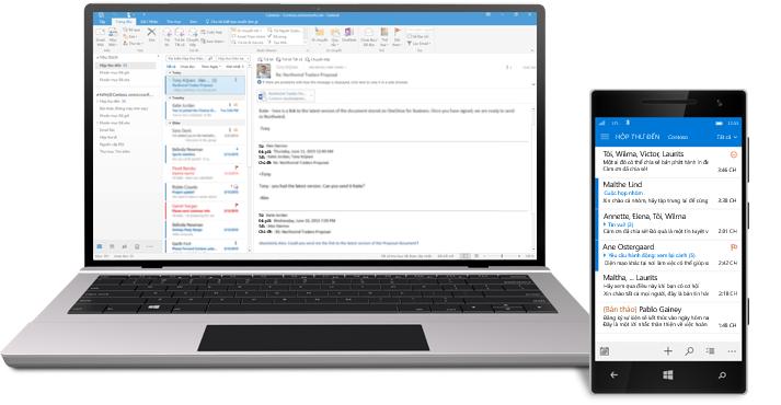 Một chiếc máy tính bảng và điện thoại thông minh hiển thị hộp thư đến email Office 365.