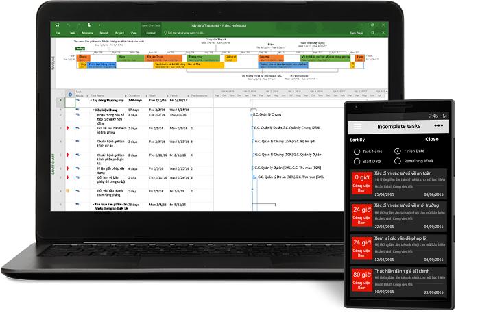 Máy tính xách tay hiển thị cửa sổ dự án trong Microsoft Project và điện thoại hiển thị danh sách nhiệm vụ.