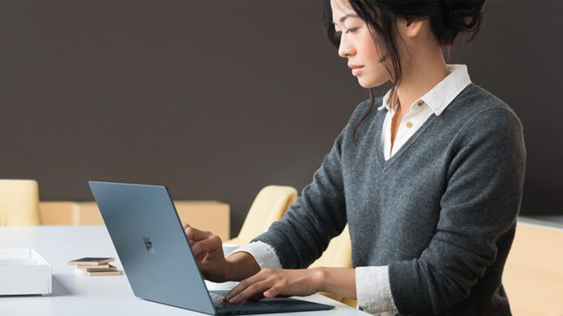 使用Surface Laptop工作的女士