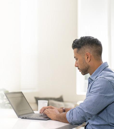 一名男子使用筆記本電腦