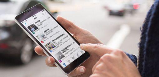 一名人员正手拿着一台运行 SharePoint 的智能手机