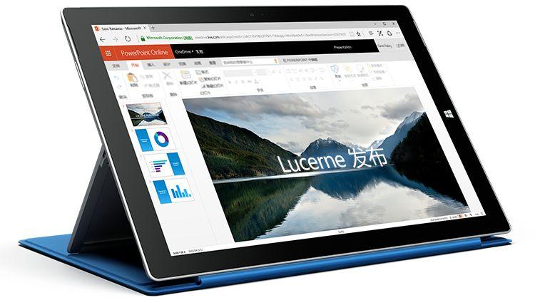 一台 Surface 平板电脑,显示 PowerPoint Online 中的演示文稿。
