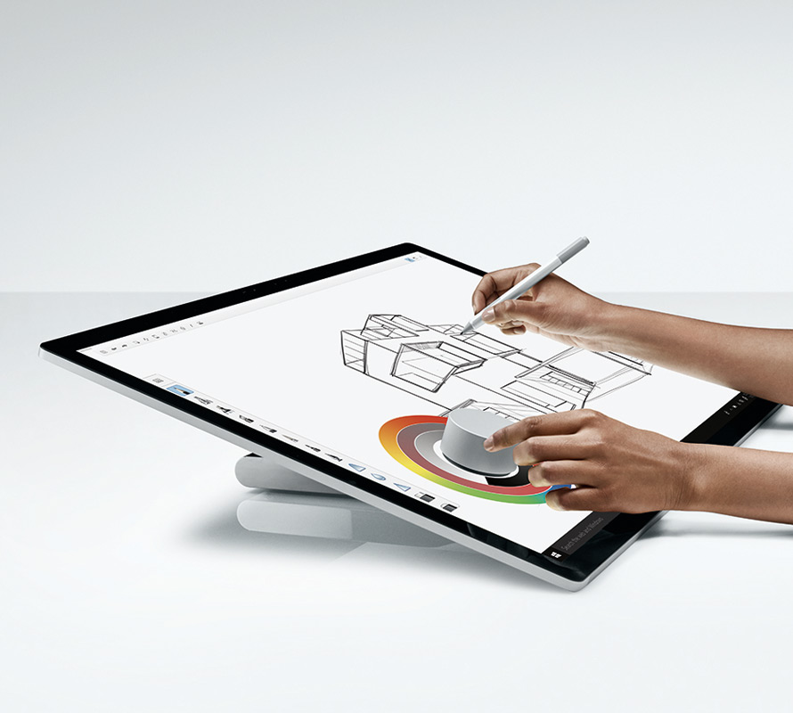 在 Surface Studio 上使用 Surface 触控笔和 Surface Dial 的男士