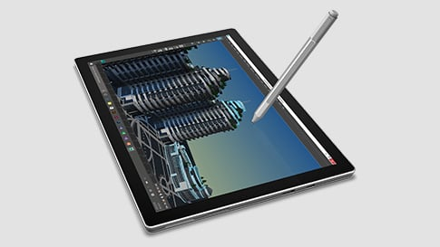 处于平板电脑模式且不带键盘的 Surface Pro 4 及触控笔的图像。