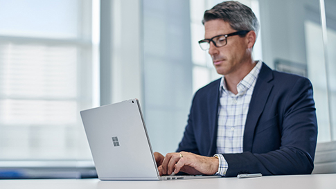 男人使用 Surface 笔记本。