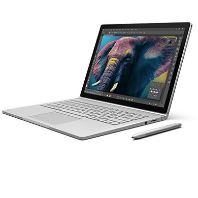 打开的 Surface Book,屏幕显示打开的照片编辑应用
