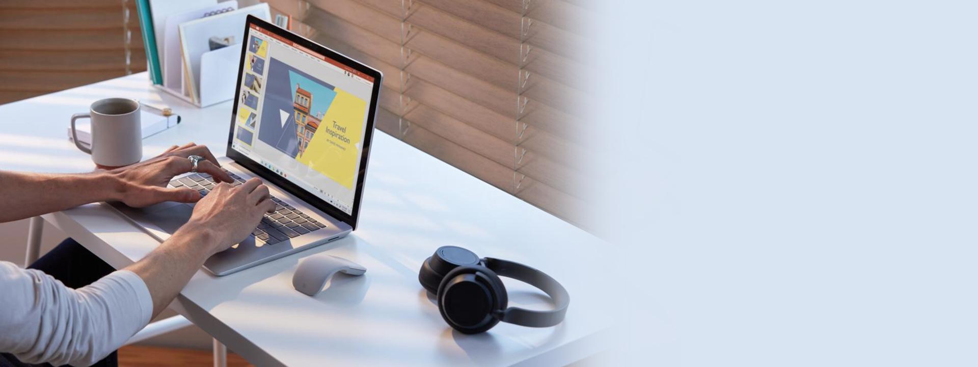 桌上摆放着 Surface Laptop 3 和 Surface Headphones