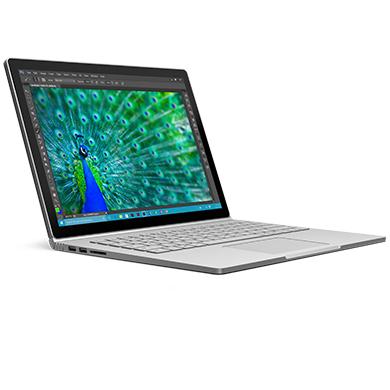 屏幕上正显示孔雀的高分辨率图像的 Surface Book 的侧面视角。