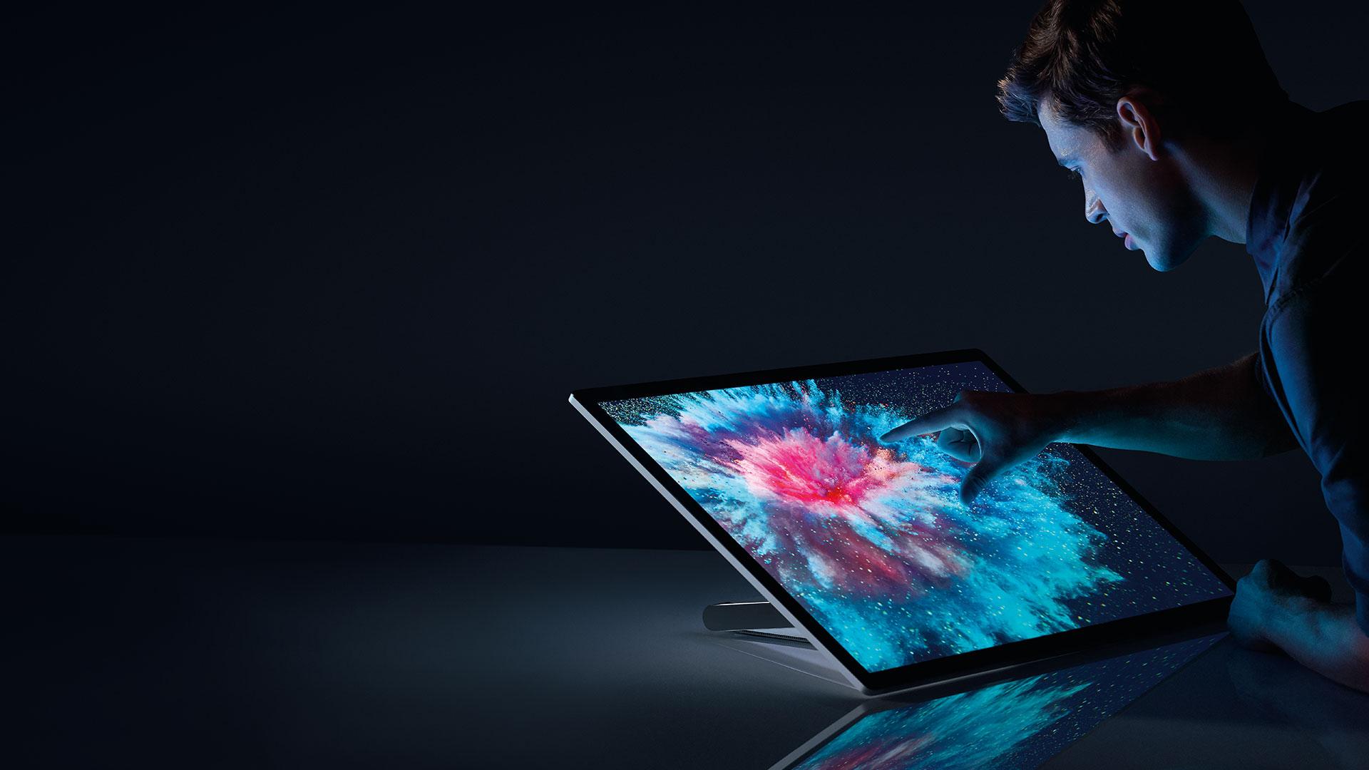 某人与 Surface Studio 交互