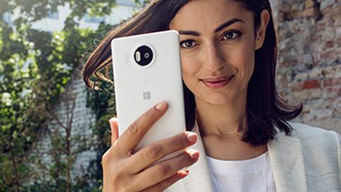 一位女士正看着一台 Windows 10 手机