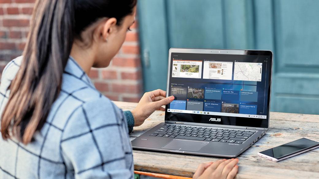 女人使用 Windows 10 電腦上的觸控螢幕
