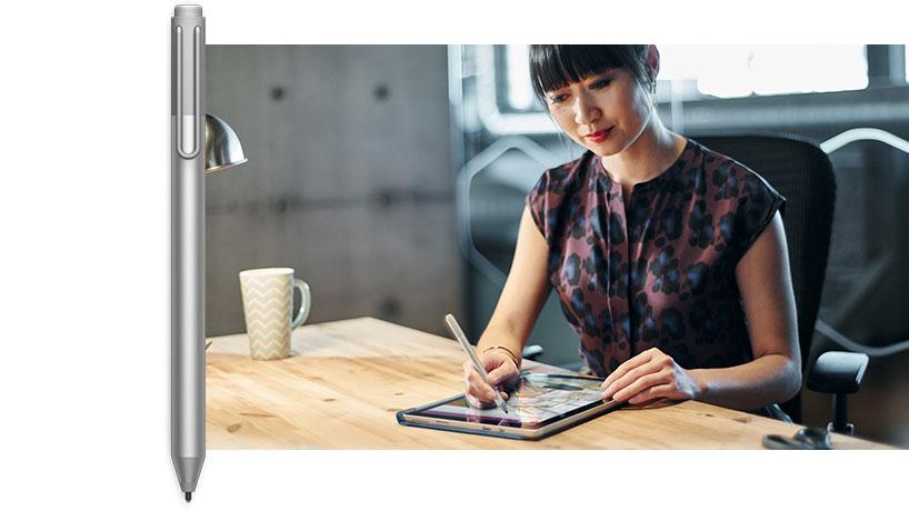 一位男士正在使用配備手寫筆的 Surface Pro 4 繪圖之圖像。