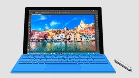 配備藍色鍵盤和手寫筆的 Surface Pro 4 之正面圖像。