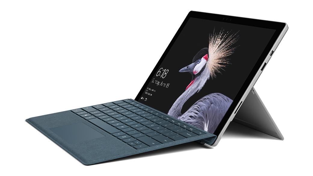 處於膝上型電腦模式的 Surface Pro,以及開啟的 Kickstand 支架和特製版實體鍵盤保護蓋